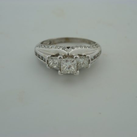 1533 Princess cut 3 stone ring 001